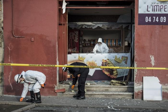 เจ้าหน้าที่นิติเวชวิทยาฝรั่งเศสเก็บหลักฐานที่ร้านเคบับ ใกล้มัสยิดเมืองเมืองวิลฟรองช์-ซูร์-ซาโอน ที่ได้รับความเสียหายจากแรงระเบิดเมื่อช่วงเช้าวันที่ 8 มกราคม