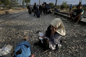 An Iraqi refugees feeds her baby as she wait to cross Greece's border with Macedonia, near the Greek village of Idomeni, September 7, 2015. Thousands of migrants and refugees were crowding at Greece's border with Macedonia on Monday morning, their entry slowly rationed by Macedonian police. REUTERS/Yannis Behrakis